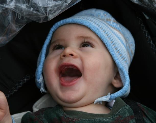 Nic mostrando os dois dentinhos de cima, separadinhos como os do pai!