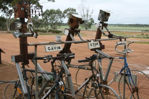 Ciclistas feitos de sucata. Cidade de Hyden.